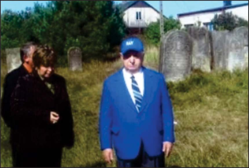Ray Feferman (right) and Mayor of Wachoch (left) in the town cemetery.